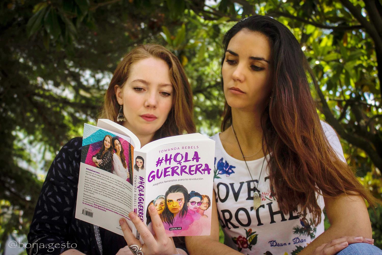 Zua y Teresa con su libro 'Hola Guerrera'
